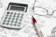 Financiële boekhouding met document rapporten en calculator stock afbeeldingen