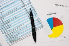 Financiële boekhouding, Pen op de bladen van de saldoverklaring stock foto