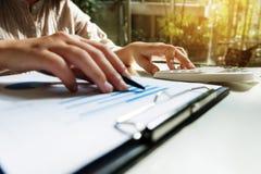 Financiële boekhoudings Bedrijfsvrouw die calculator gebruiken terwijl het werken royalty-vrije stock afbeelding