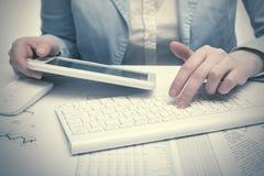 Financiële boekhoudings Bedrijfsvrouw die tabletcomputer met behulp van stock foto's