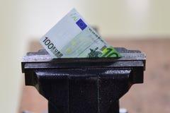 Financiële of economische metafoor, euro rekening in klem royalty-vrije stock fotografie