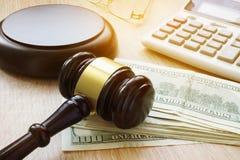 Financiële Fraude Administratieve misdaad Hamer, calculator en geld stock afbeeldingen