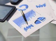 Financiële grafieken en grafieken op de lijst stock afbeeldingen