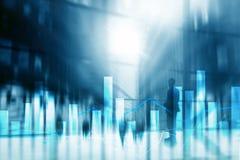 Financiële grafieken en grafieken op vage commerciële centrumachtergrond Invesment en handelconcept stock foto's