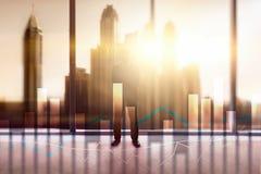Financiële grafieken en grafieken op vage commerciële centrumachtergrond Invesment en handelconcept stock afbeelding