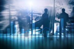 Financiële grafieken en grafieken op vage commerciële centrumachtergrond Invesment en handelconcept royalty-vrije stock fotografie