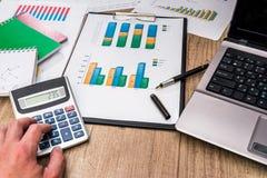 Financiële grafieken met laptop calculator, pen royalty-vrije stock foto's