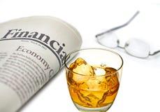Financiële krant met whisky Stock Foto's