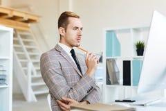 Financiële Manager Focused op het Werk stock foto
