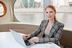Financiële Manager Wrapped omhoog in het Werk royalty-vrije stock foto's