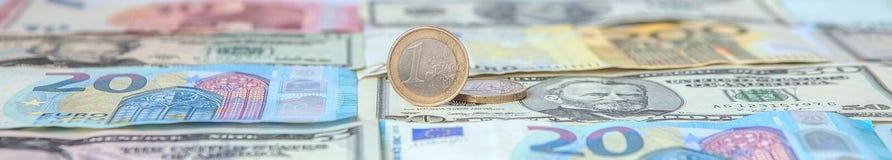Financiële overheersing: Één Euro in een ondeugd tegen de achtergrond van de Amerikaanse Dollar en Euro met ruimte voor tekst royalty-vrije stock afbeeldingen
