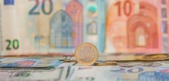 Financiële overheersing: Één Euro in een ondeugd tegen de achtergrond van de Amerikaanse Dollar en Euro met ruimte voor tekst royalty-vrije stock foto