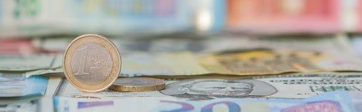 Financiële overheersing: Één Euro in een ondeugd tegen de achtergrond van de Amerikaanse Dollar en Euro met ruimte voor tekst royalty-vrije stock foto's