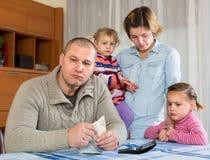 Financiële problemen in familie Stock Afbeelding