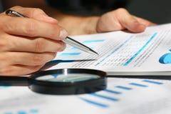 Financiële statistiekendocumenten op klembordstootkussen bij de close-up van de bureaulijst stock foto