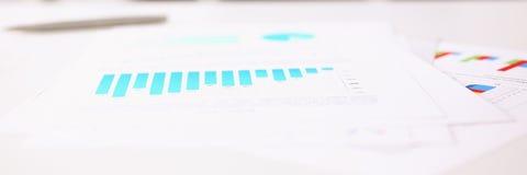 Financiële statistiekendocumenten op klembordstootkussen bij de close-up van de bureaulijst stock afbeeldingen