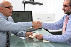 Financiële transactie tussen zakenlieden Royalty-vrije Stock Foto's