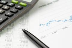 Financiën of effectenbeurs het investeringsconcept, pen op financiële gegevens meldt document met de tarifering van grafiek, graf royalty-vrije stock afbeelding