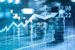 Financiën en bedrijfsconcept Invesmentgrafiek en muntstukkenrijen stock foto's
