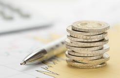 Financiën en gestapelde muntstukken Stock Afbeelding
