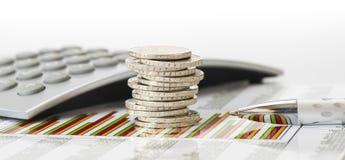 Financiën en gestapelde muntstukken Royalty-vrije Stock Foto's