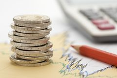 Financiën en gestapelde muntstukken op grafiek Stock Afbeelding