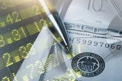 Financiën, het bank concept Euro muntstukken, ons het close-up van het dollarbankbiljet Abstract beeld van Financieel systeem met Stock Foto's