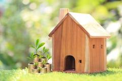 Financiën, Installatie het groeien op stapel van muntstukkengeld en Modelhuis op natuurlijke groene achtergrond, rentevoeten en h stock afbeeldingen