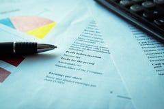 Financiënconcept - de grafiekenanalyse van de Financiële boekhoudingseffectenbeurs stock foto