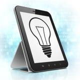 Financiënconcept: Gloeilamp op de computer van tabletpc Royalty-vrije Stock Foto's