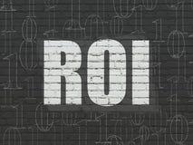 Financiënconcept: ROI op muurachtergrond Stock Foto's