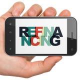 Financiënconcept: smartphone van de handholding met het herfinancieren op vertoning Royalty-vrije Stock Foto's