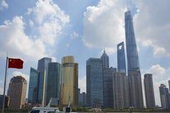 Financiëngebouwen en de vlag van China stock foto