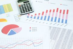 Financi?le gedrukte document grafieken, grafieken en diagrammen op de lijst Hoogste mening royalty-vrije stock foto