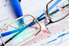 Financial figures and pen Royalty Free Stock Photos