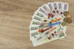 Financiamiento de la atención sanitaria El concepto de pagar actos médicos Billetes de banco y monedas checos válidos imágenes de archivo libres de regalías