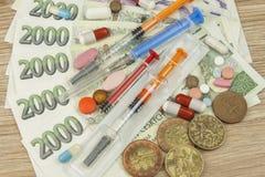 Financiamiento de la atención sanitaria El concepto de pagar actos médicos Billetes de banco y monedas checos válidos imagenes de archivo