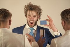 Financiamiento y actividades bancarias de la inversión Sirva el grito con la cara emocionada con la tarjeta azul a disposición Imagen de archivo libre de regalías
