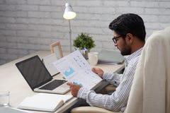 Financieel analist die met grafieken en rapporten werken stock fotografie