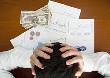 Financieel crisisconcept. Bedrijfsmens die zijn hoofd houden Royalty-vrije Stock Afbeeldingen