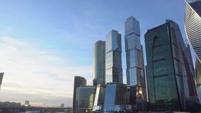 Financieel district Cityscape, op de achtergrond, blauwe hemel en mooie wolken stock footage