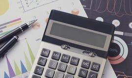 Financieel en bereken op bureaubureau Bedrijfs en financiënconcept royalty-vrije stock fotografie