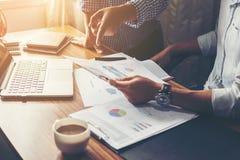 Financieel, het rekenschap geven, beleggingsadviseur die haar team raadplegen royalty-vrije stock afbeeldingen