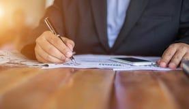 Financieel, het rekenschap geven, beleggingsadviseur die haar team raadplegen royalty-vrije stock afbeelding