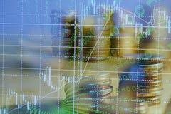 Financieel investeringsconcept, Dubbele blootstelling van stadsnacht en stapel muntstukken voor financiëninvesteerder stock fotografie