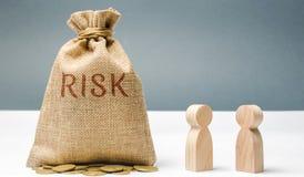 Financieel risicobeheerconcept De zakenlieden bespreken methodes om financiële crisis te vermijden Het proces om te maken en uit  royalty-vrije stock afbeelding