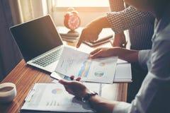 Financier, rendant compte, conseiller en investissement consultant son équipe photographie stock