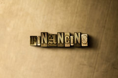 FINANCIERING - close-up van grungy wijnoogst gezet woord op metaalachtergrond stock afbeelding