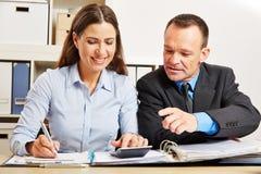 Financieringscontrole in bedrijf met accountant stock fotografie