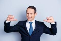 Financiero alegre, economista positivo, hombre diplomático confiado adentro foto de archivo libre de regalías
